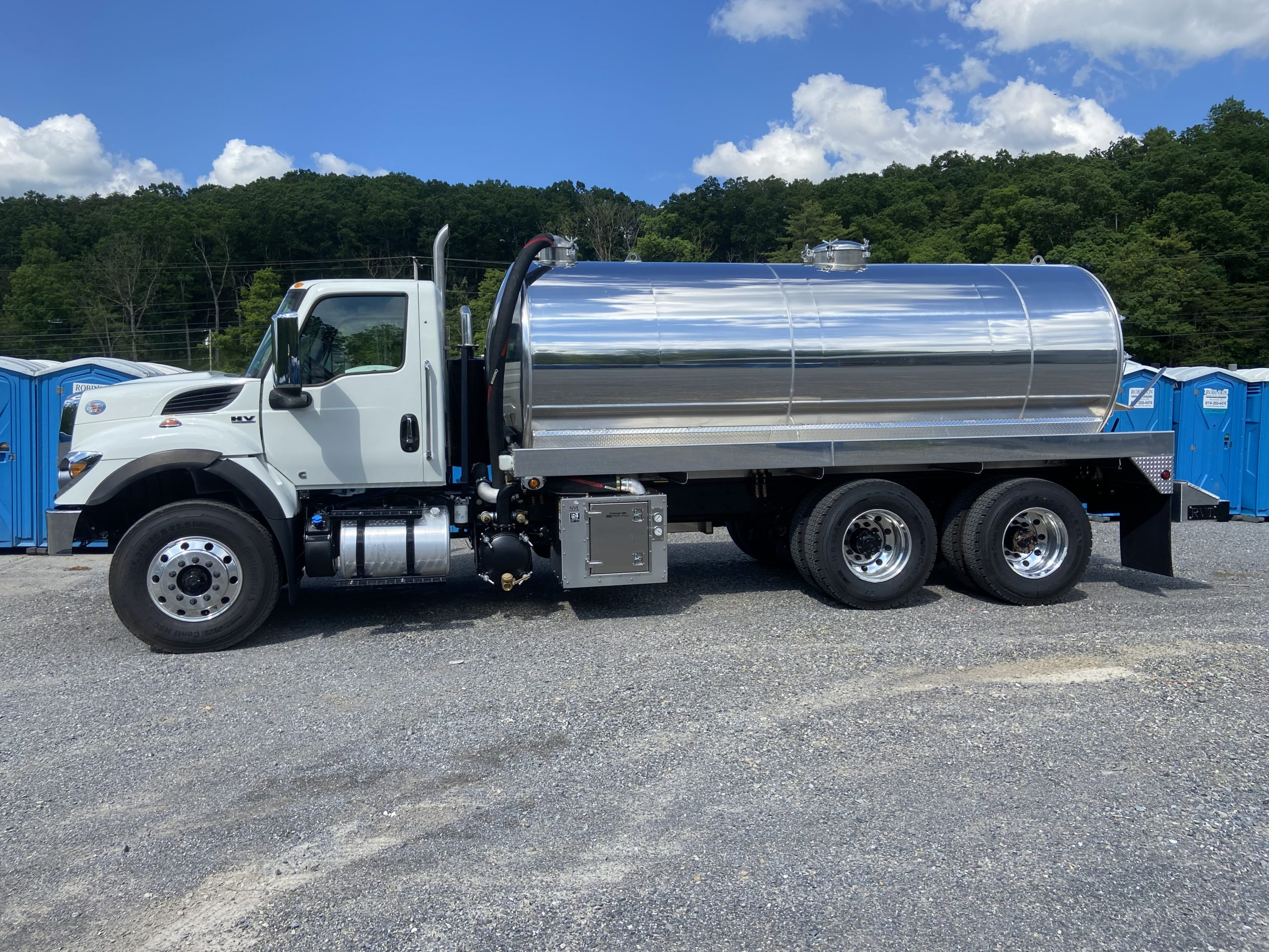 International HV607 with 3600 gallon aluminum vacuum tank